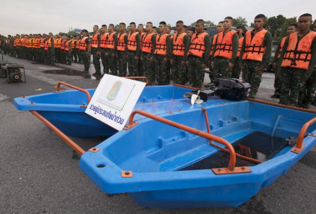 Army personnel and boats are deployed for inspection by First Army commander Lt Gen Kukiat Srinaka at the 11th Infantry Division in Bang Khen district. They are getting prepared to help flood-stricken people in several areas across the country. Apichit Jinakul
