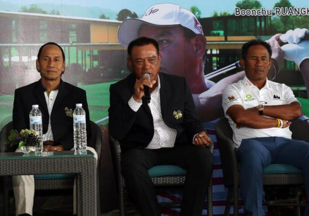 Boonchu Ruangkit, centre, speaks at yesterday's press conference.