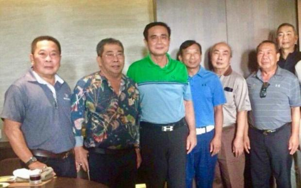 Prime Minister Prayut poses for a photo with influential politicians in Nakhon Pathom, including four brothers from the Sasomsap family. The premier insists he is not teaming up with any politicians in the lead-up to the general election next November.(Photo from Watana Muangsook Facebook page)
