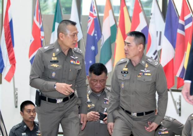 National police chief Chakthip Chaijinda, right, talks to his deputy, Chalermkiat Sriworakhan, before they discuss changes to the narcotics suppression policy in Bangkok on Thursday.(Photo by Tawatchai Kemgumnerd)