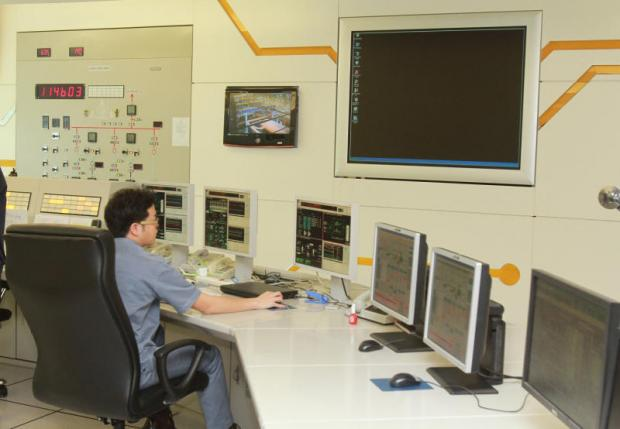 An Egat employee works in the control room of the North Bangkok Power Plant in Bang Kruai district, Nonthaburi province.TAWATCHAI KEMGUMNERD