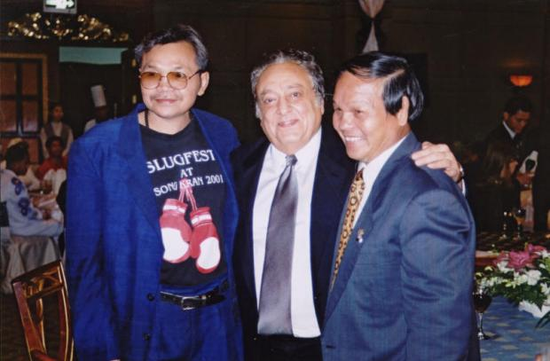 Chartchai Chionoi (right) poses with then-WBC president Jose Sulaiman in 2002. Surapote Phongjivanich