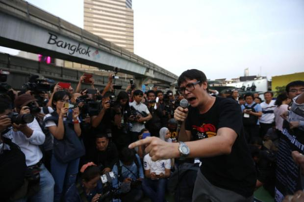 CROWD PLEASER: Rome Rangsiman, a key member of New Democracy Movement, takes part in activities in Bangkok's Pathumwan intersection to oppose attempts to further delay elections after the passage of an election bill which is likely to see a general election pushed back to February next year. (Photos by Pattarapong Chatpattarasill)