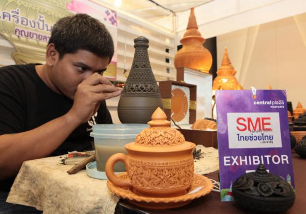 Locally made pottery at a Nonthaburi SME fair. A TMB Analytics survey says SME optimism fell in the first quarter. TAWATCHAI KEMGUMNERD