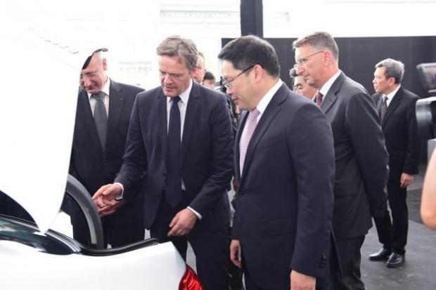 Mercedes-Benz executive Markus Schaefer (centre) attended the cornerstone-laying ceremony with Industry Minister Uttama Savanayana Wednesday.