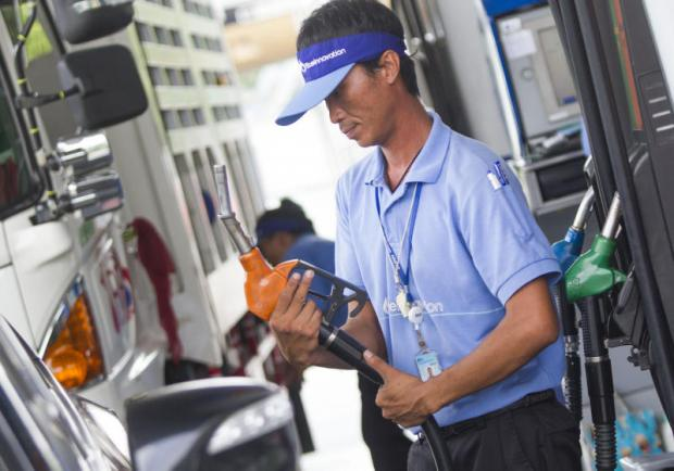 Oil companies such as PTT and Bangchak plan to offer B10 to motorists next year. PATTARAPONG CHATPATTARASILL
