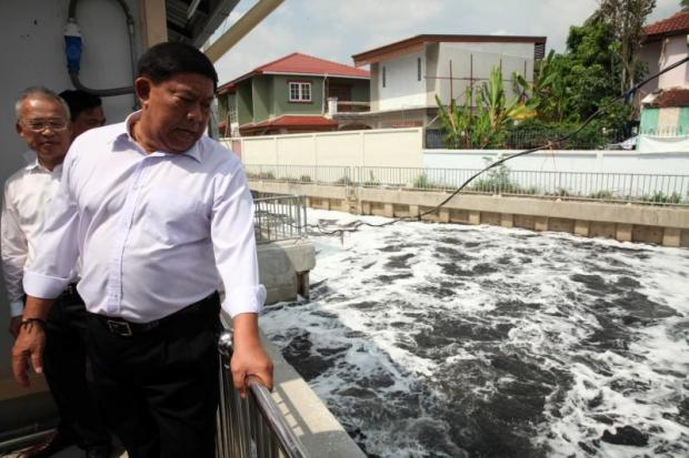 ABOVEBangkok governor Aswin Kwanmuang has re-submitted the old draft of the BMA's regulation on wastewater treatment fee collection.(Photos by Apichart Jinakul)