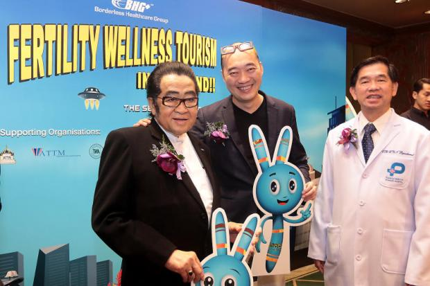 Dr Surapong Ambhanwong (left), adviser to the Private Hospital Association of Thailand, and Wei Siang Yu (centre), chairman of Borderless Health Group, promote a local clinic.