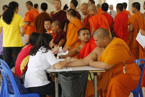 A medical team from Thammasat University Hospital gives monks a health check-up at Mahachulalongkornrajavidyalaya University in Ayutthaya's Wang Noi district, in a charity activity organised bythe Asthma Patients' Club.(Photo by Pattanapong Hirunard)