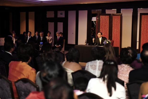 Prime Minister Prayut Chan-o-cha talks to Thais in London on Thursday about the political and social situation back home.(Government House photo)