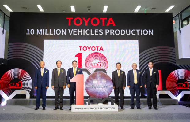Industry Minister Uttama Savanayana, third left, joins Toyota Motor Thailand executives in celebrating 10 million Toyota vehicles produced in Thailand.