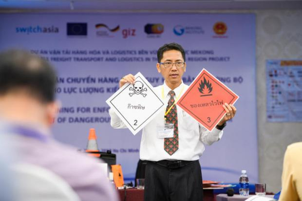 this way up: Pongnarin Petchu, project adviser, gives a lecture on UN-regulated safety signs for the transportation of dangerous goods. Photos: Courtesy of GIZ