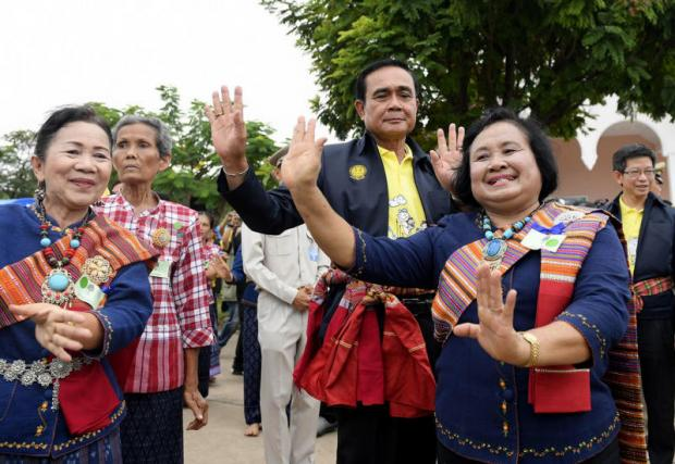 Prime Minister Prayut Chan-o-cha poses with locals during his trip to Amnat Charoen province. (Photo courtesy Prime Minister's Office)