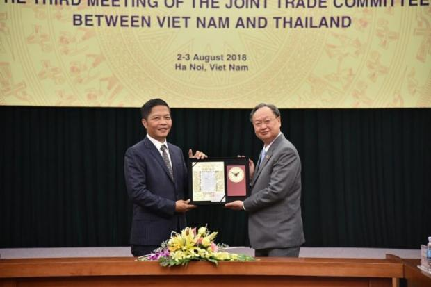 Commerce Minister Sontirat Sontijirawong (right) with Vietnamese Industry and Trade Minister Tran Tuan Anh at their meeting in Hanoi.