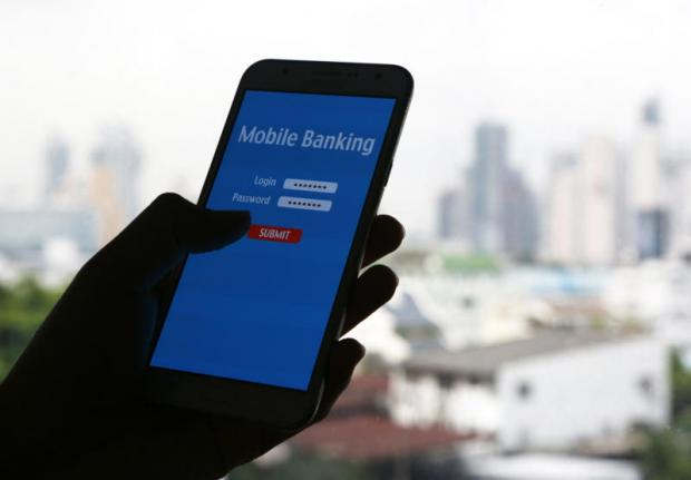 Banks have pledged to return money to clients within a day in the event of a mobile transaction screw-up. PATTARAPONG CHATPATTARASILL