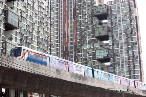 The skytrain passes a condominium on Bang Na-Trat Road. Bangkok Bank is tightening mortgage lending and financing for high-rise projects. Weerawong Wongpreedee