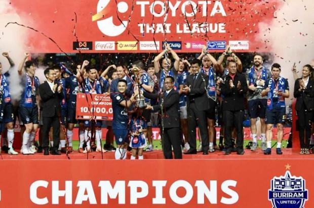 Buriram United captain Suchao Nutnum receives the Thai League 1 trophy.