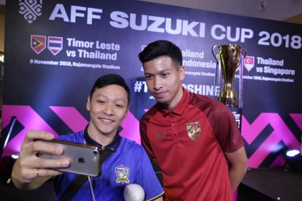Tanaboon Kesarat, right, poses for a photo with a fan during a Suzuki Cup promotional event in Bangkok on Sunday.Wichan Charoenkiatpakul Wichan Charoenkiatpakul