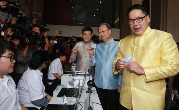 Palang Pracharath Party leader Uttama Savanayana, right, leads key party figures to officially apply for their party memberships on the first day of a recruitment drive for members at the party's office on Ratchadaphisek Road in Bangkok on Tuesday.(Photo by Somchai Poomlard)