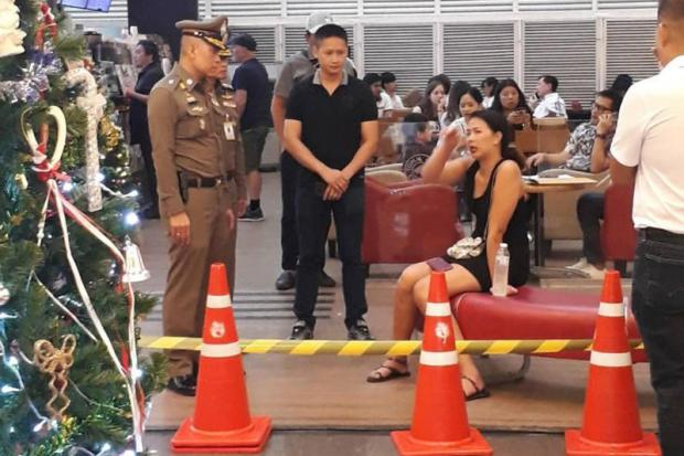 A woman who witnessed the deadly quarrel between a Thai police officer and a French tourist, recounts the incident to the police at the Trendy Office & Plaza building on Soi Sukhumvit 13 in Bangkok.Ruamkatanyu Foundation
