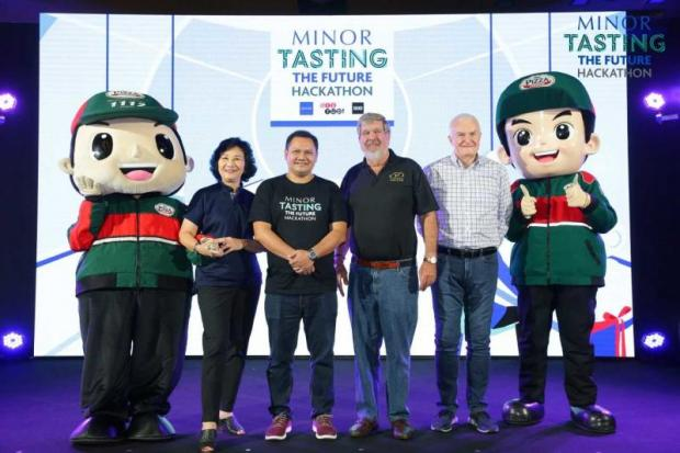 William Heinecke, (third from right) founder and group chief executive of Minor International, with Krating Poonpol (third from left), managing partner of 500 TukTuks, presiding over the food-centred startup competition.