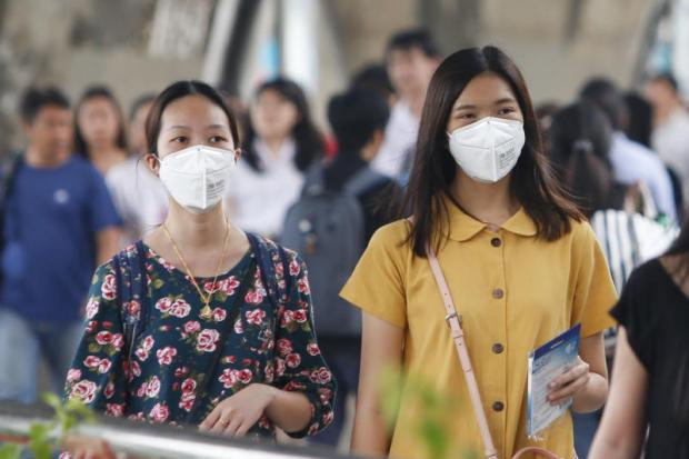 Pedestrians wear masks to filter pollution after the Pollution Control Department warned that levels of PM2.5 dust particles exceed the safety limits in many areas of Bangkok and neighbouring provinces.(Photo by Pattarapong Chatpattarasill)