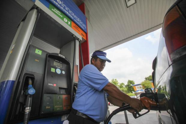 A worker refilling fuel at a PTT station. Epac has been monitoring the global oil price situation since late September and has seen a continuous decrease. Pattarapong Chatpattarasill