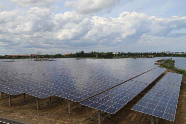A privately owned solar farm in Samut Sakhon. Solar panel owners have limited sales to state grids.(Photo by Somchai Poomlard)