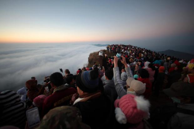 Tourists flock to the top of Phu Chee Fah mountain in Thoeng district of Chiang Rai to catch the first sunrise on New Year's Day in 2015. (Photo by Chanat Katanyu)