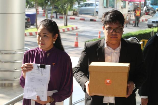 Future Forward Party (FFP) spokeswoman Pannika Wanich, left, shows reporters copies of two libel suits the party filed against MC Chulcherm Yugala and the TNEWS news agency, for accusing the party of trying to supplant the monarchy. (Photo by Apichart Jinakul)
