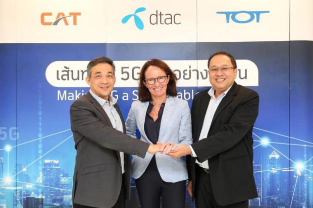 From left CAT president Col Sanphachai Huvanandana, DTAC chief executive Alexandra Reich and TOT president Monchai Noosong join hands for 5G testing.