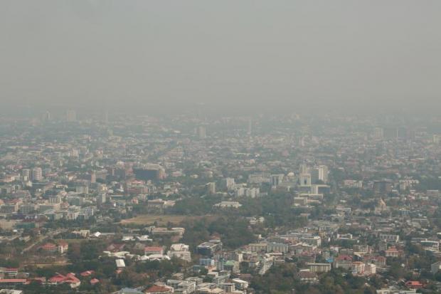 On observe une épaisse brume saisonnière qui enveloppe Chiang Mai, bloquant la vue sur le célèbre temple Doi Suthep en février. Photo de Bangkok Post