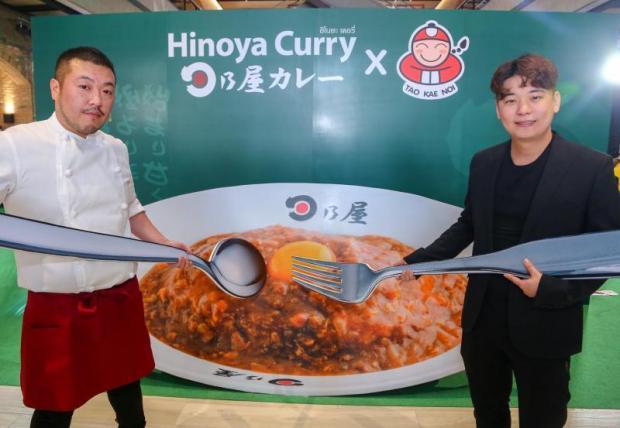 Mr Itthipat (right) and Hiura Masaru at the grand opening of Hinoya Curry at The Market Bangkok on Ratchaprasong Road.