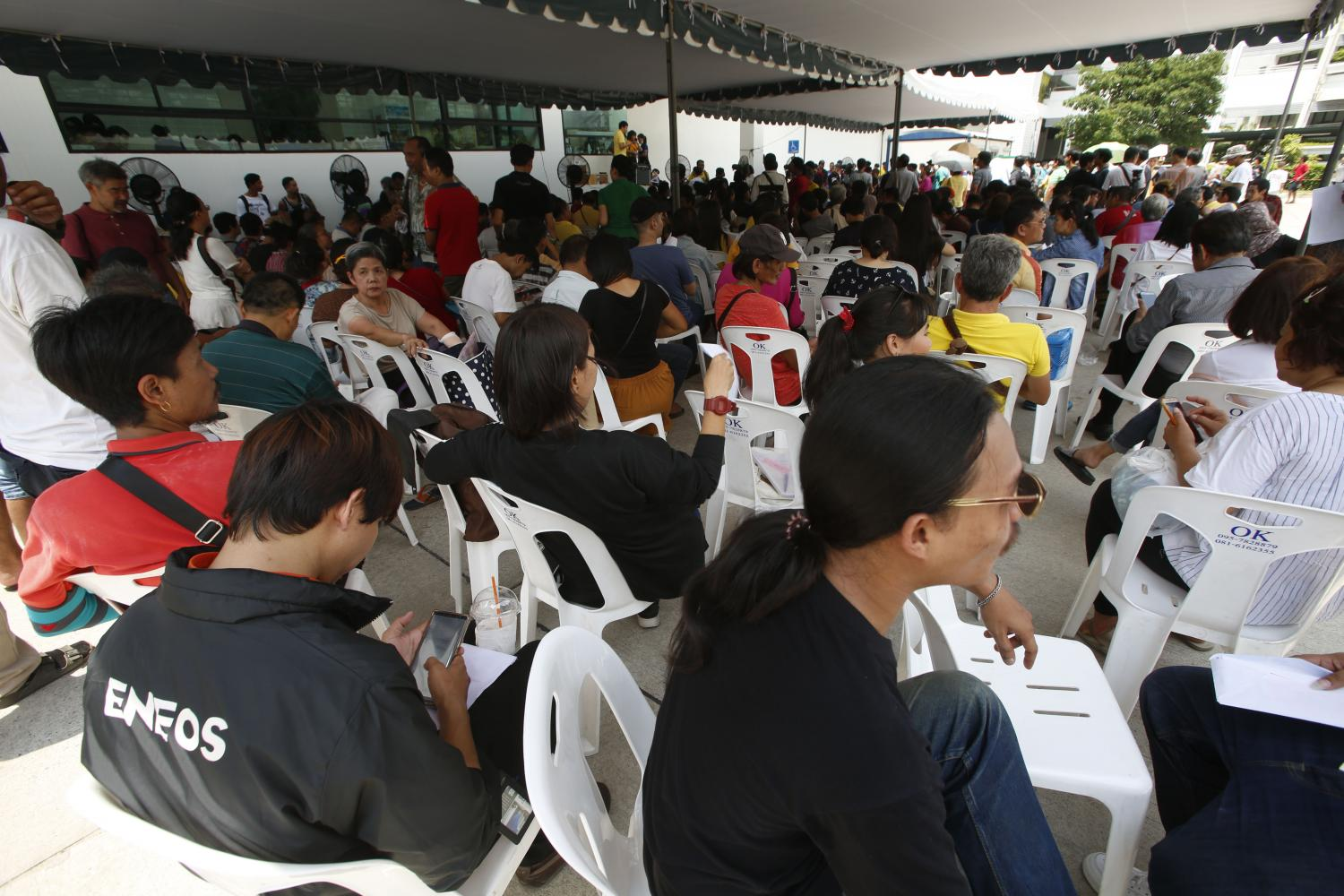 People pack the Public Health Ministry's One Stop Service Centre to register for an amnesty on marijuana possession for medical purposes. The registration deadline expired on Tuesday. (Photo by Pornprom Satrabhaya)