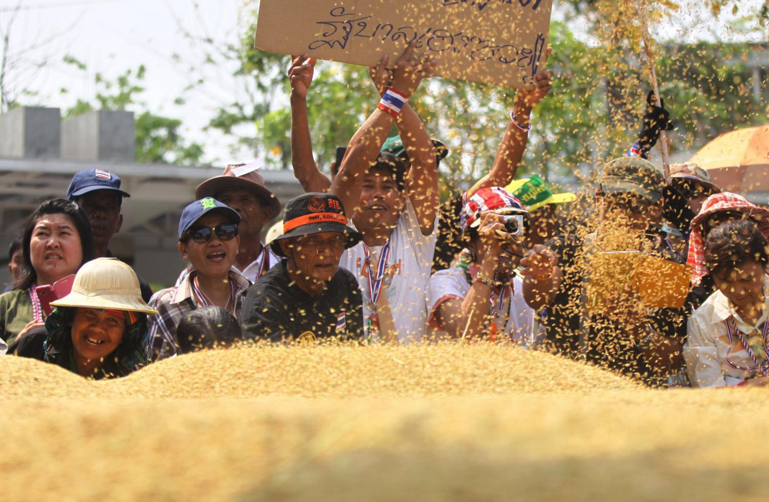 Farmers staged a protest in March 2014 in front of the Bank for Agriculture and Agricultural Cooperatives, accusing the lender of delaying payment for pledged paddy. (Post Today photo)