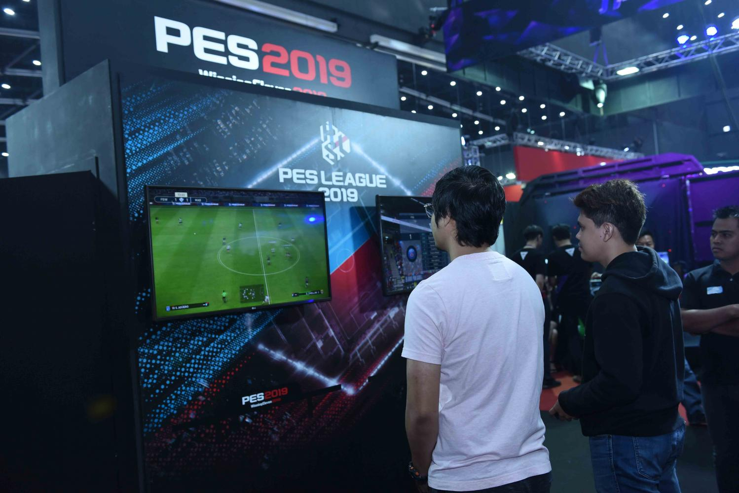At the Thailand Game Expo, gamers play PES League, a football game known globally.