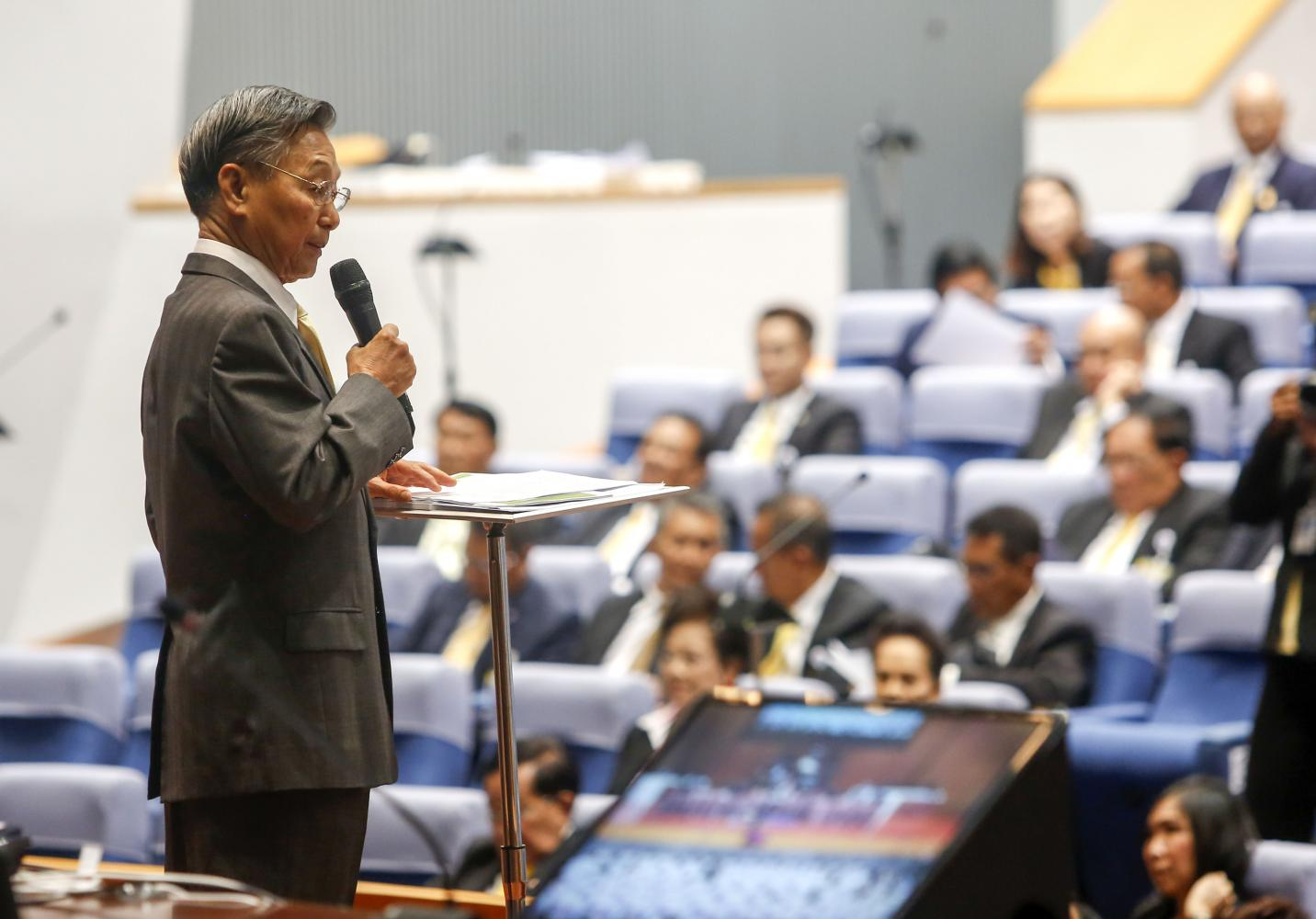 House Speaker Chuan Leekpai speaks to 500 newly elected MPs on Thursday. (Photo by Pattarapong Chatpattarasill)