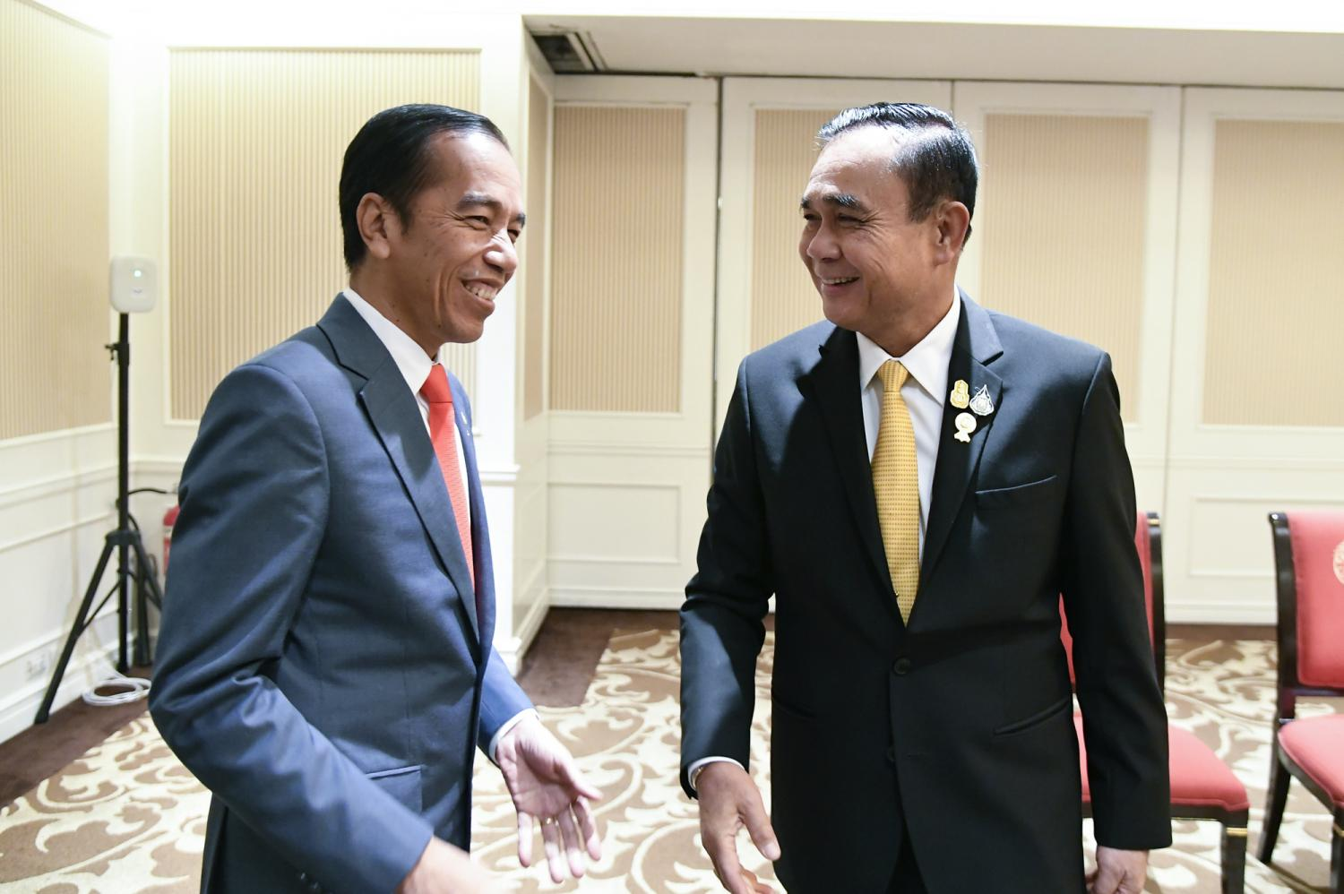 Prime Minister Prayut Chan-o-cha at Indonesian President Joko Widodo, left, during a bilateral meeting to strengthen bilateral cooperation and promote trade and investment between the two countries.