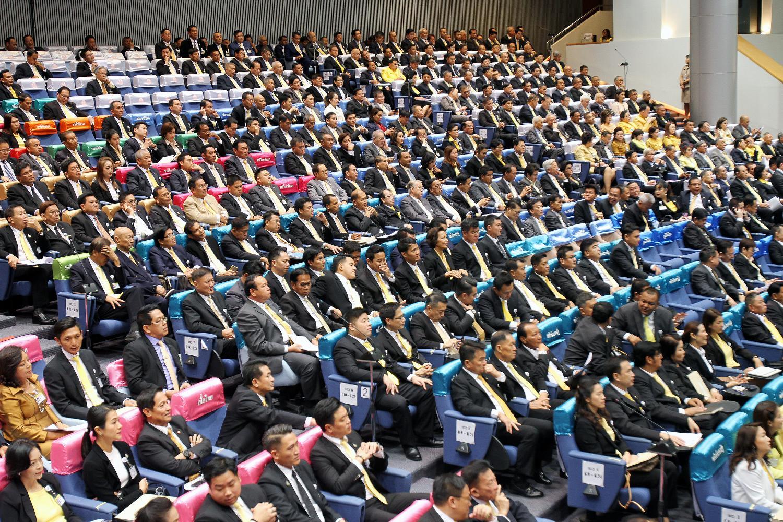 Parliamentarians attend a joint meeting between MPs and senators at the TOT auditorium in Bangkok on June 19.(Photo by Tawatchai Kemgumnerd)