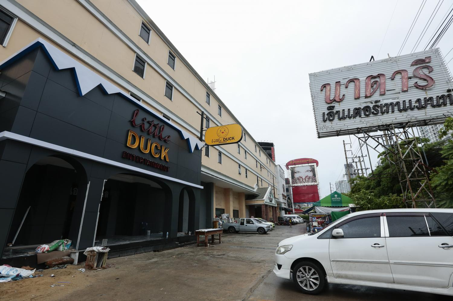 A sign has been put up advertising a new massage parlour called Little Duck at a building which used to be the location of the Nataree Entertainment massage parlour closed down in 2016 in connection with the trafficking of women into the flesh trade. An order is in effect banning use of the building.(Photo by Patipat Janthong)