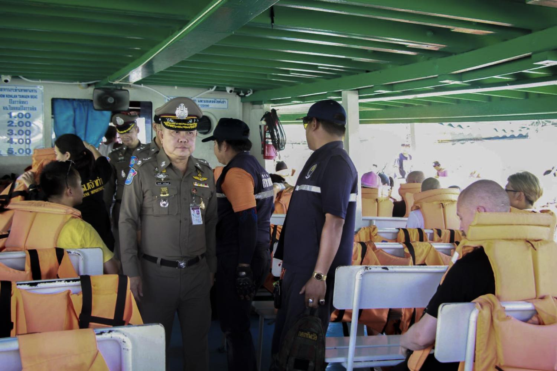 Pol Maj Gen Woraphong Thongphaibun inspects a boat in Pattaya Bay to ensure passenger safety.(Tourist Police Bureau photo)