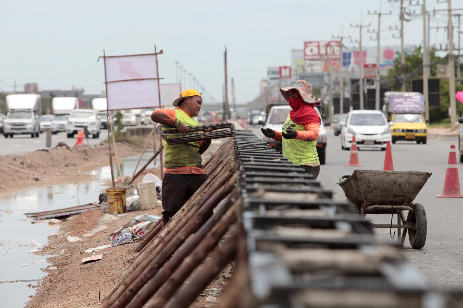 Workers toil to complete the widening of Rama II Road in Samut Sakhon by a targeted date of the end of next year. The sluggish pace of the work so far has caused heavy traffic congestion on the country's main route to the South.Chanat Katanyu