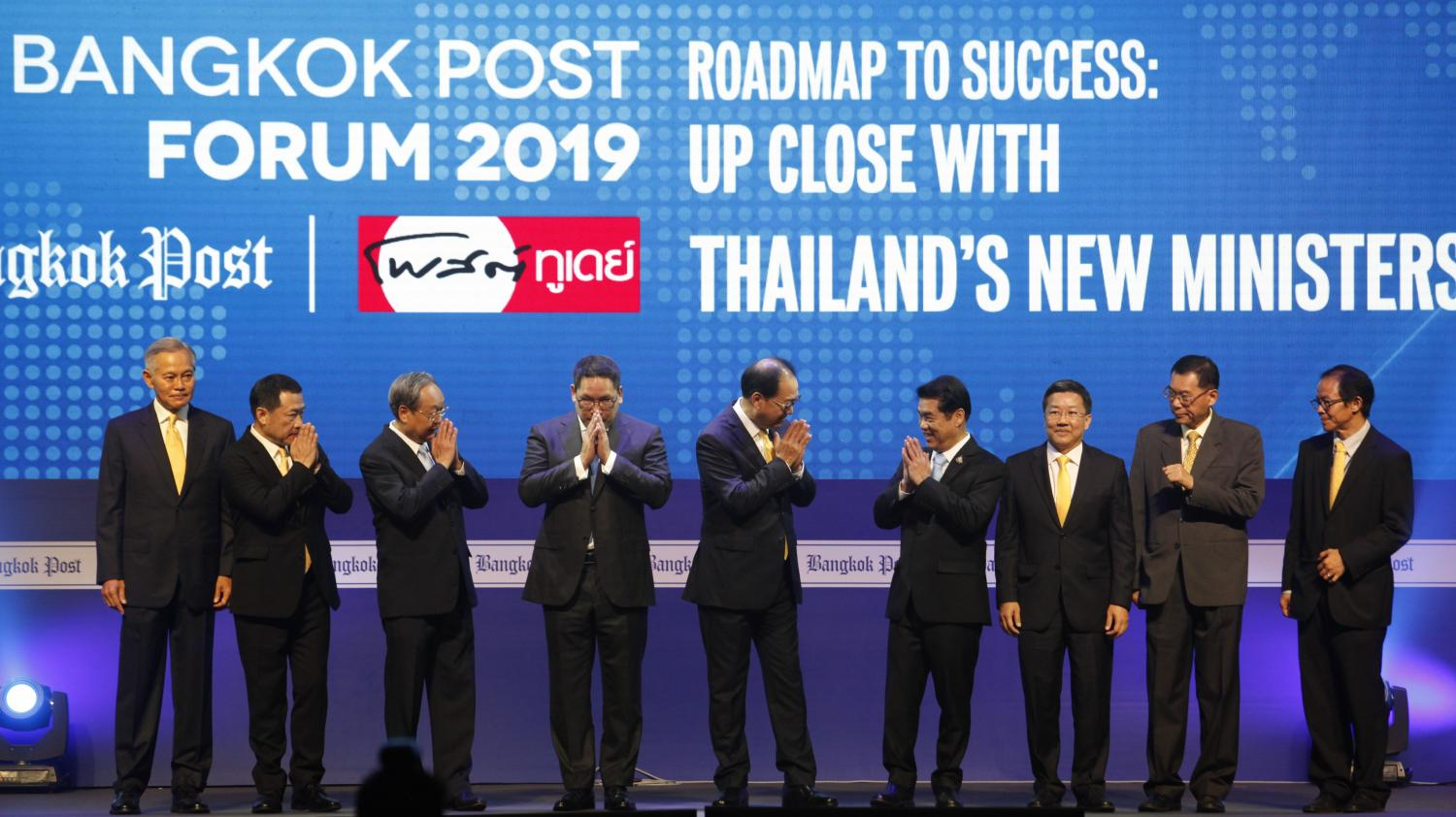 Bangkok Post Plc directors and executives greet cabinet ministers at the Bangkok Post Forum 2019. From left: Russel Leighton Kekuewa, Independent Director; Ek-Rit Boonpiti, Executive Director; Energy Minister Sontirat Sontijirawong; Finance Minister Uttama Savanayana; Worachai Bhicharnchitr, Vice Chairman of the Board; Industry Minister Suriya Jungrungreangkit; Pornchai Chunhachinda, Independent Director; Ronnachit Mahattanapreut, Director; and Chiratas Nivatpumin, Acting Chief Operating Officer. (Photo by Wichan Charoenkiatpakul)