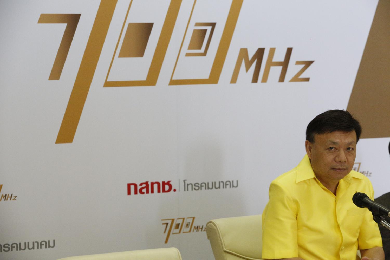 Mr Takorn presides over the auction for 700MHz spectrum on June 19, 2019. Pornprom Satrabhaya