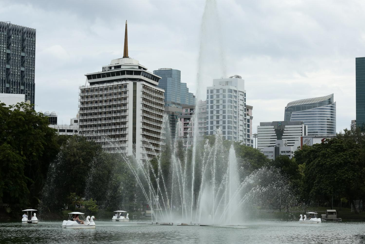 ROMANCE IN THE WATER: The iconic fountain of Lumpini Park. Visitors get some legwork as they ride duck-paddle boats around the lake.