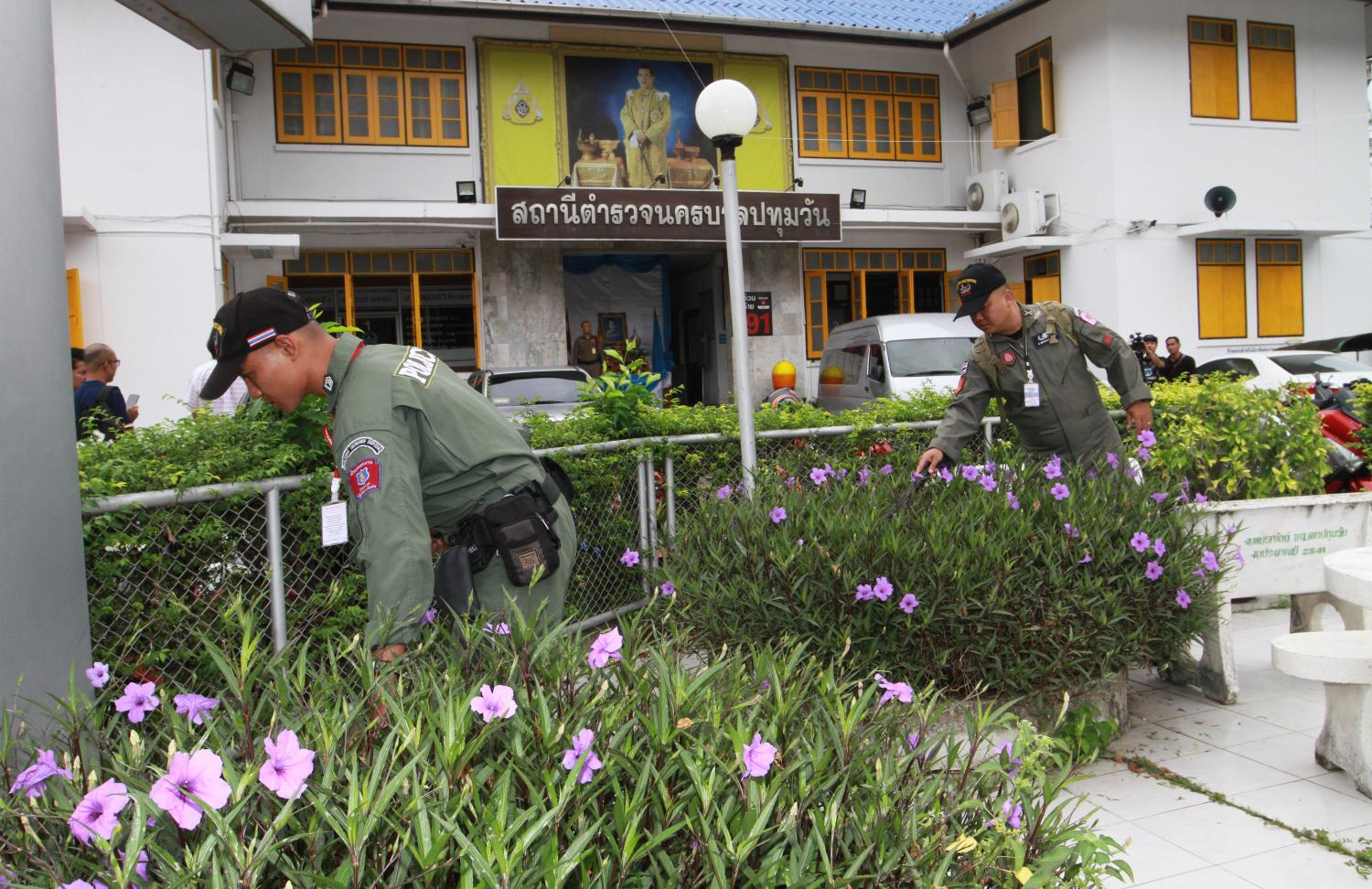 An explosive ordnance disposal team combs an area on Wednesday in front of Pathumwan police station where a suspect allegedly involved in the Aug 1 bomb blitz in Bangkok and Nonthaburi was being detained.Pawat Laopaisarntaksin
