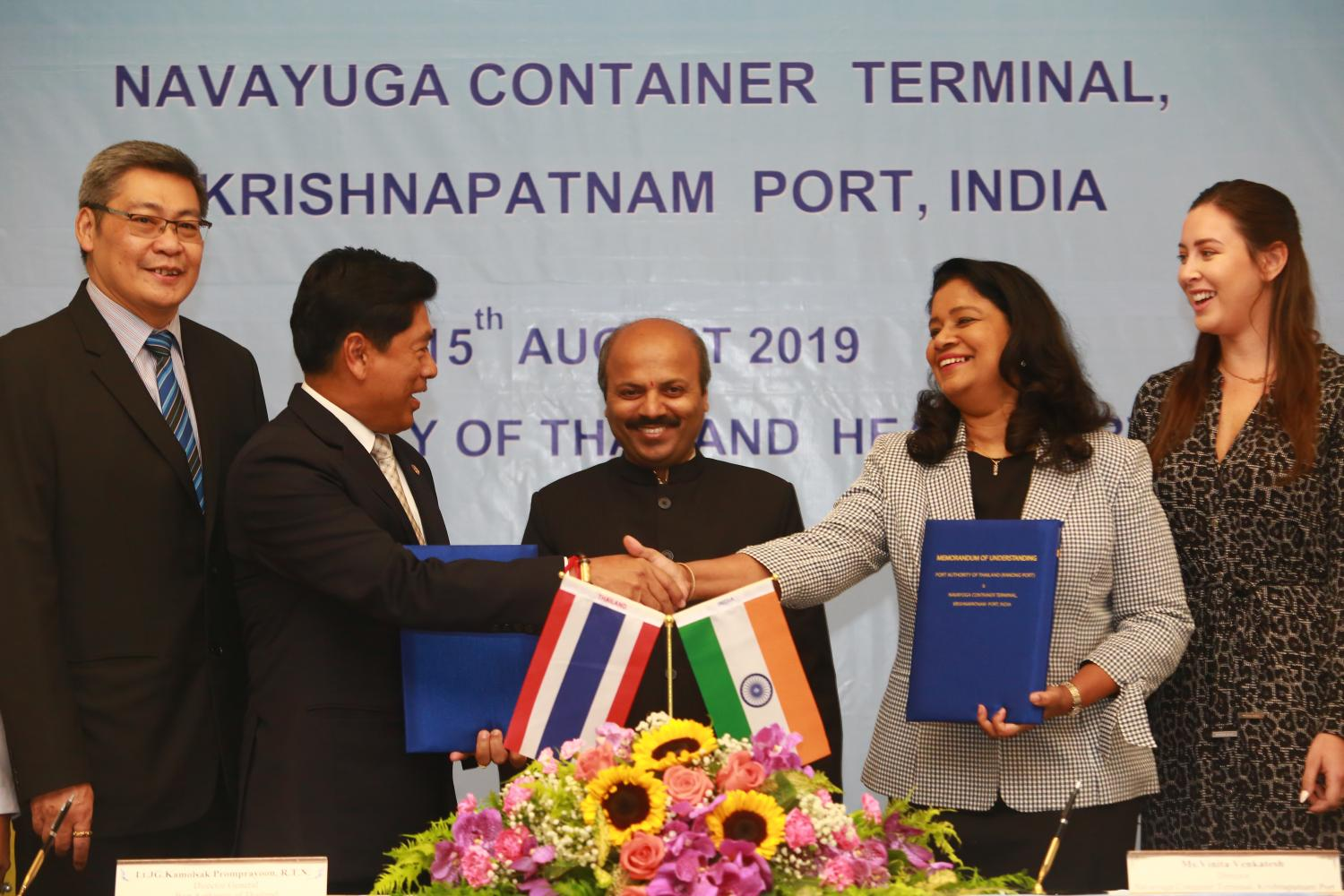 Port Authority of Thailand director-general Kamolsak Promprayoon shakes hands with Vinita Venkatesh, director of Krishnapatnam Port, at the signing of a memorandum of understanding to promote cooperation between Ranong Port and Krishnapatnam Port of India. (Photo by Somchai Poomlard)