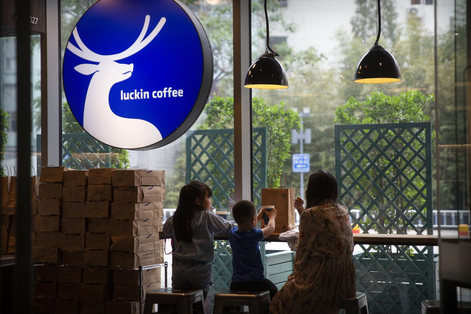 Luckin Coffee Inc's store number is 2,963, about 1,000 fewer than Starbucks. At the turn of the year, Luckin aims to open 4,500 stores. (AP Photo)