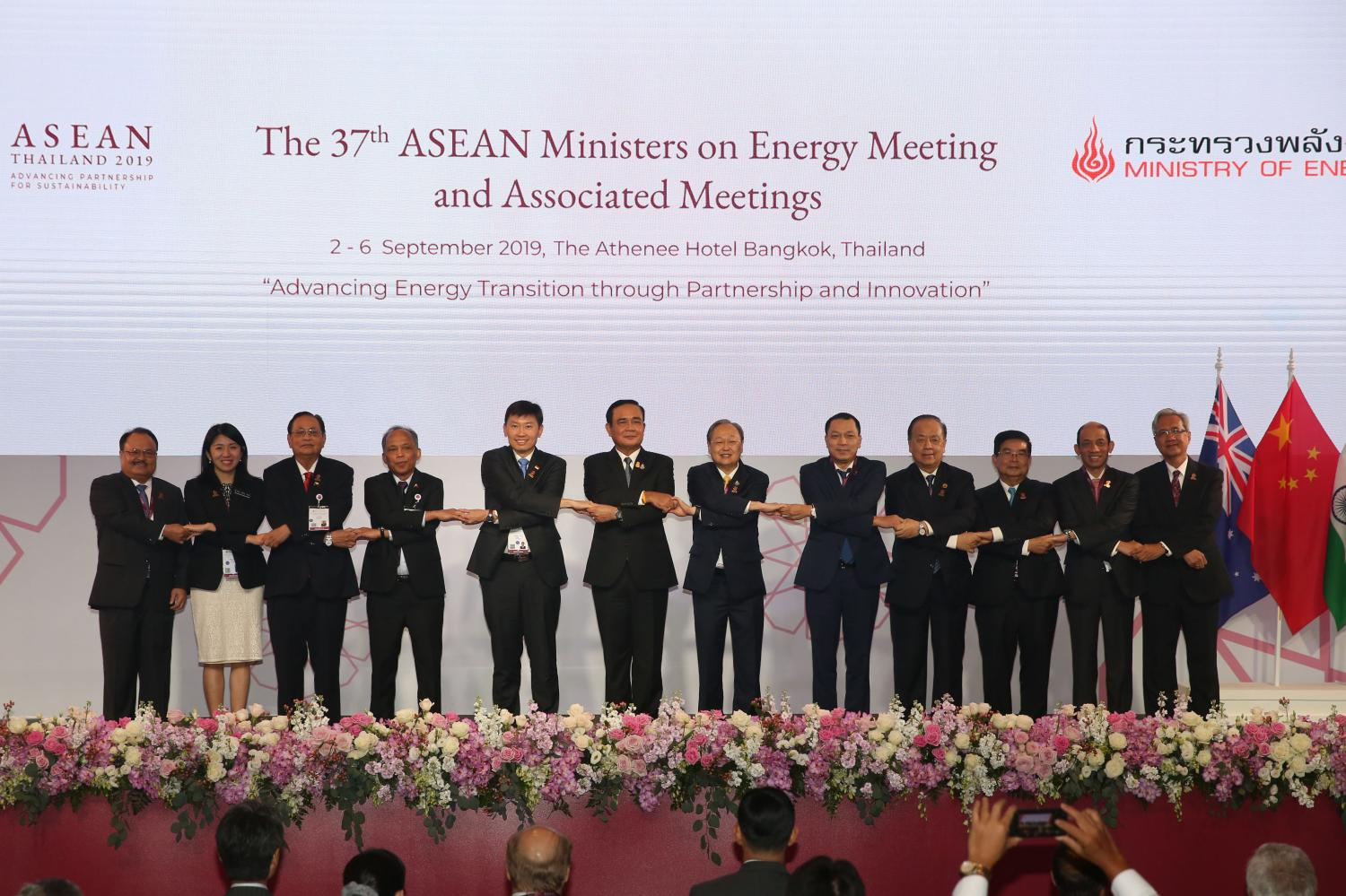 Prime Minister Prayut Chan-o-cha, sixth from left, with Asean energy ministers as he presides over the 37th Asean Ministers on Energy Meeting (Amem) at a hotel in Bangkok's Pathumwan district to drive discussions on effective energy management and energy stability for the region. (Photo by Varuth Hirunyatheb)