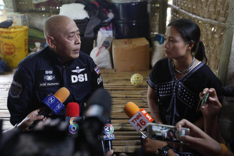 Deputy DSI chief Pol Lt Col Korrawat Panprapakorn meets Pinnapa Pruksapan, Porlajee's wife, in Phetchaburi.Pornprom Satrabhaya